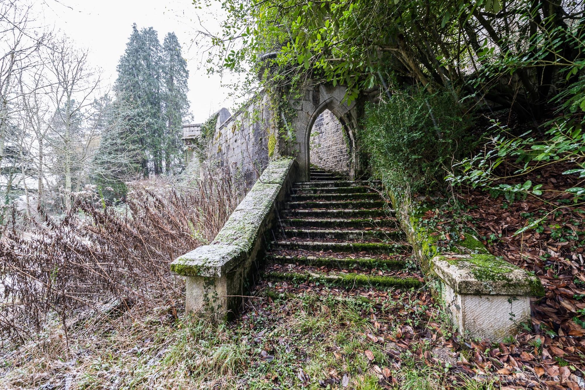 Chateau du chevalier - La ptite porte au fond du jardin
