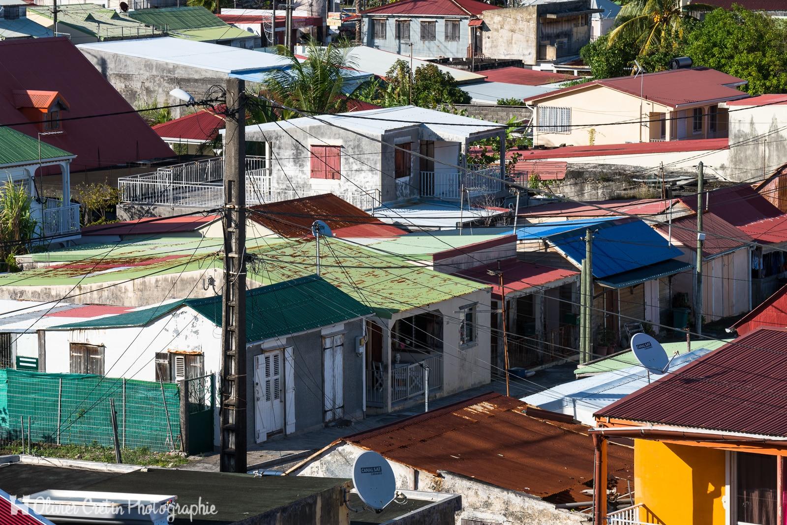 Guadeloupe - Vue sur le village de Petit Bourg - Alignement de cases