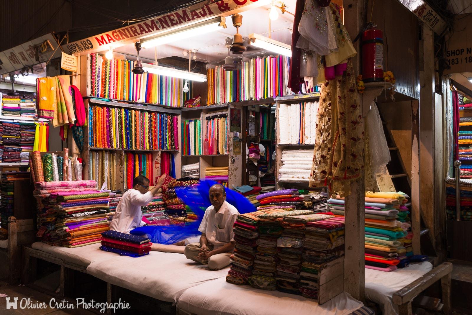 Inde - Mumbai - En attendant les clients au bazar aux tissus